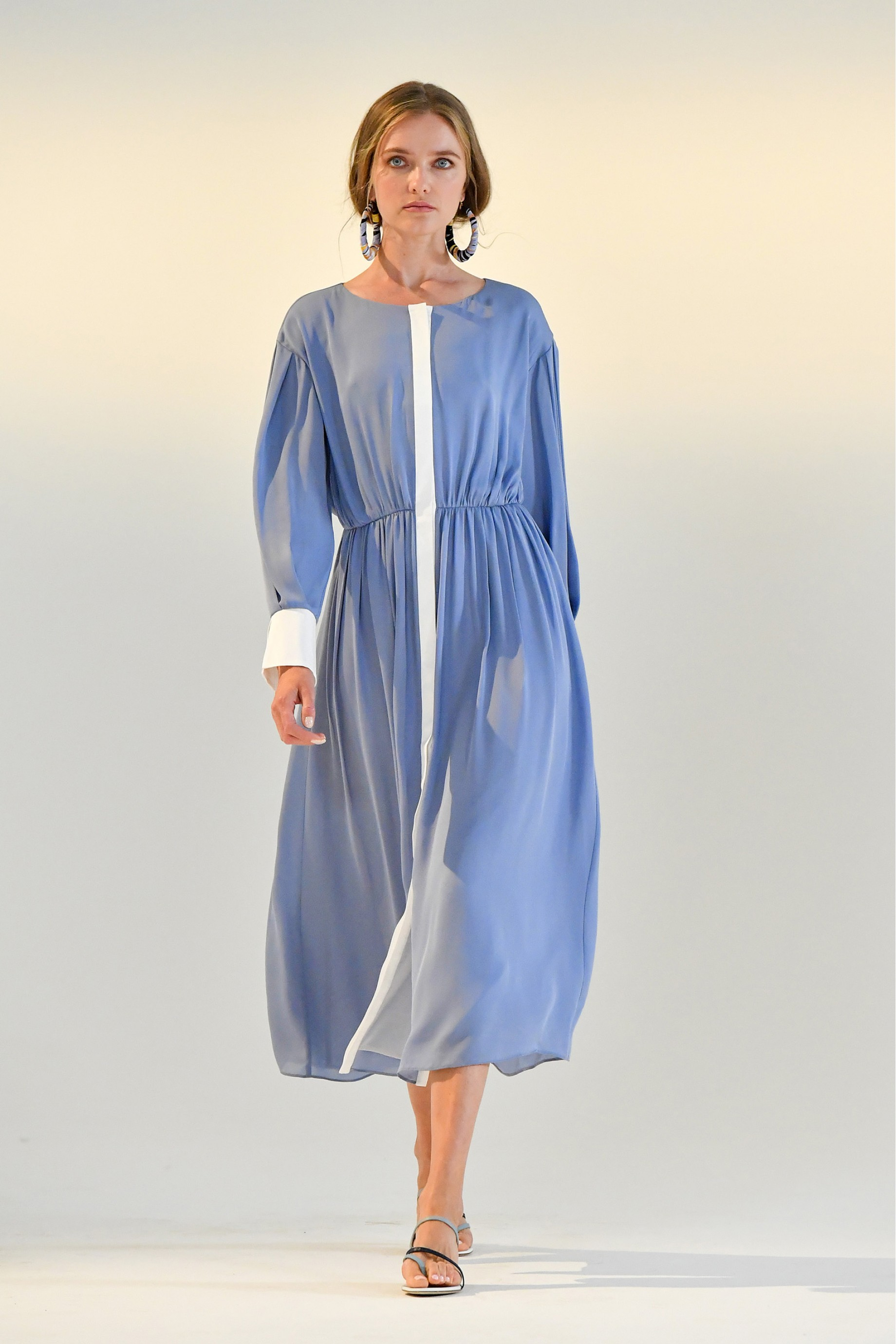 Long shirring dress with white plucket